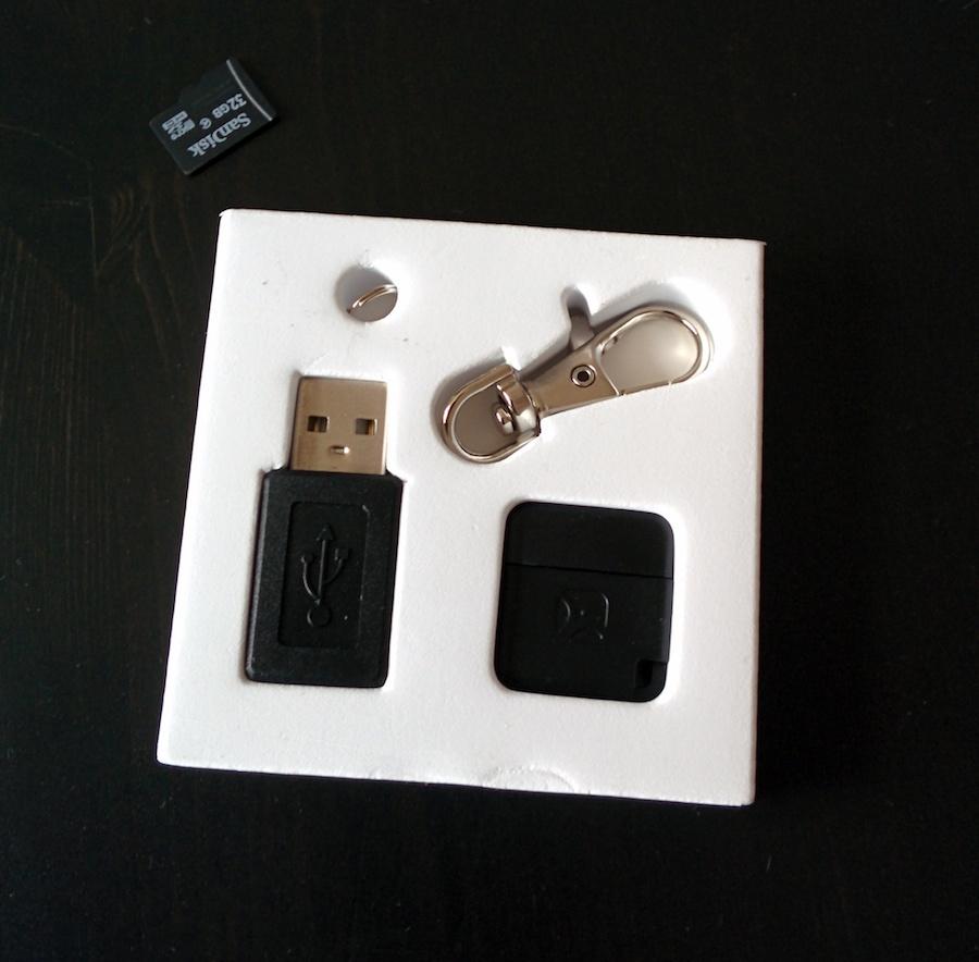 Meenova MicroSD Reader: Der Lieferumfang mit microSD als Größenvergleich